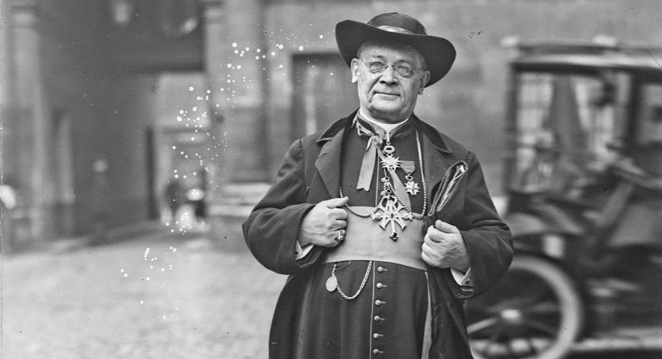 Le cardinal Alfred Baudrillart en habit traditionnel