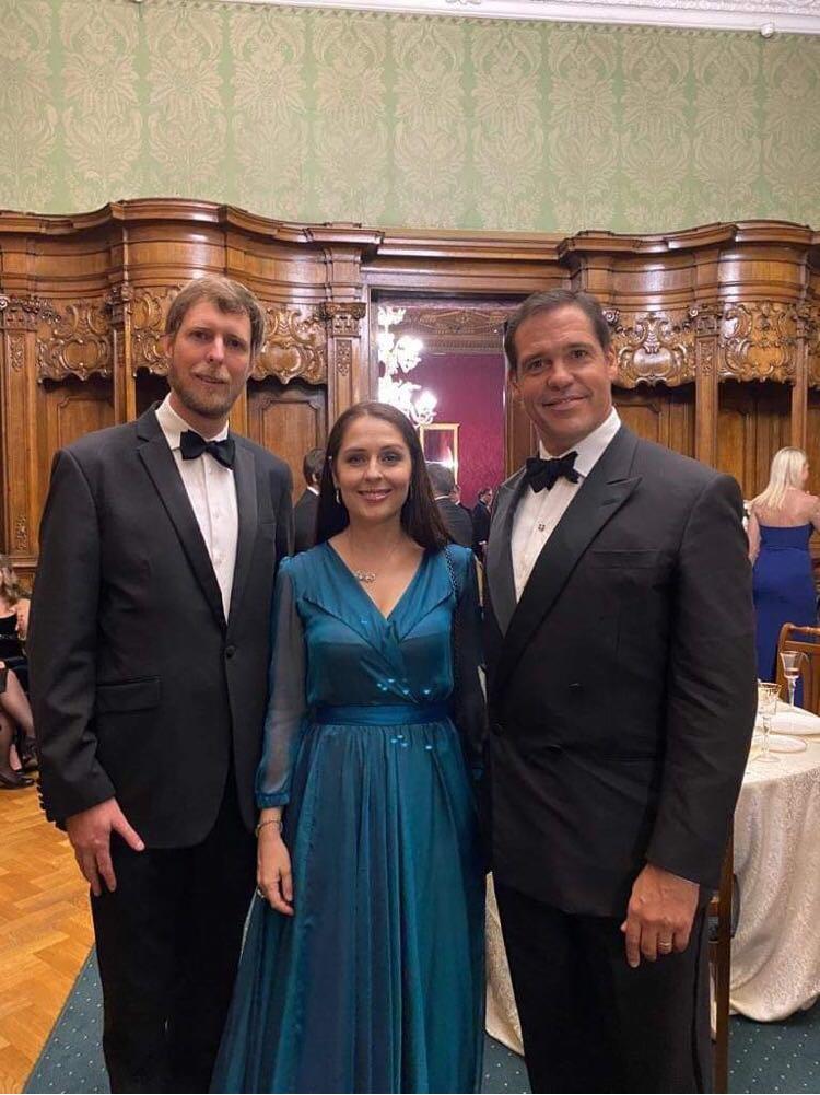 Le prince Louis de Bourbon auprès du prince Leka, héritier du trône d'Albanie, et de son épouse, la princesse Élia, au mariage du grand-duc Georges de Russie